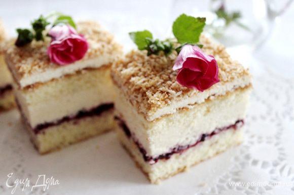 Засыпать пирог кокосом и опять убрать его в холодильник. Лучше на ночь. Перед подачей разрезать пирог на пирожные и украсить ягодами. Приятного чаепития!