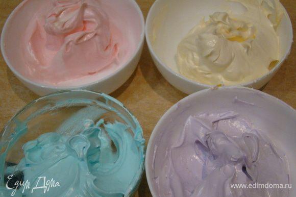 Массу делим на сколько угодно частей - добавляем разные пищевые красители (по несколько капелек), размешиваем до однородности.