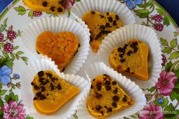 Формочкой для печенья (в моем случае в виде сердечка) вырезать кексики. Ликер разогреть с равным ему количеством воды и смазать им поверхность кексиков. Если Вы готовите этот десерт для детей, замените ликер фруктовым сиропом (например, абрикосовым) или смажьте кексики прогретым с небольшим количеством воды протертым джемом.