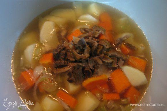 Добавить тыкву, картофель и грибы. Залить процеженным бульоном. Варить до готовности овощей. Посолить и поперчить по вкусу.