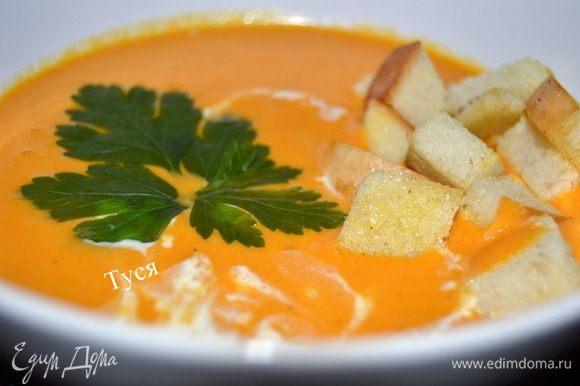 Разлить по тарелкам, добавить сухарики, приправить сметаной или жирными сливками и украсить зеленью петрушки.