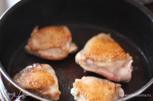Для начала разогреем сковороду с оливковым маслом. Обжарим хорошенько курицу с двух сторон до золотистой корочки, 10-12 минут примерно.