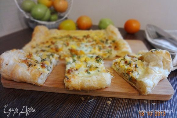 Готовый пирог вынуть из духовки, оставить остывать на листе, чтобы начинка схватилась. Резать теплым, кушать с удовольствием!