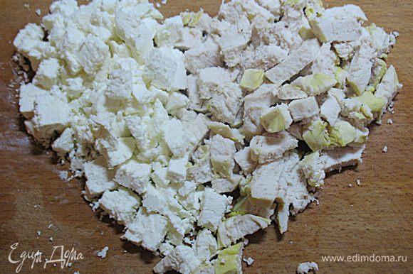 Режем куриную грудинку, брынзу кубиками и смешаем. Заправляем частью смеси оливкового масла и лимонного сока, солим, перчим по вкусу.
