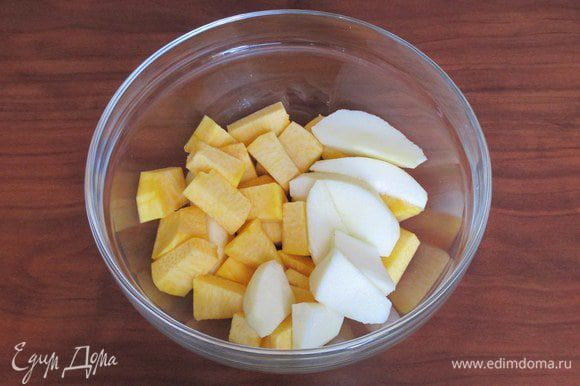 Очистите яблоки и тыкву, нарежьте их кусочками и запеките в духовке или по-быстрому в микроволновке (масса в ингредиентах указана уже приготовленных).