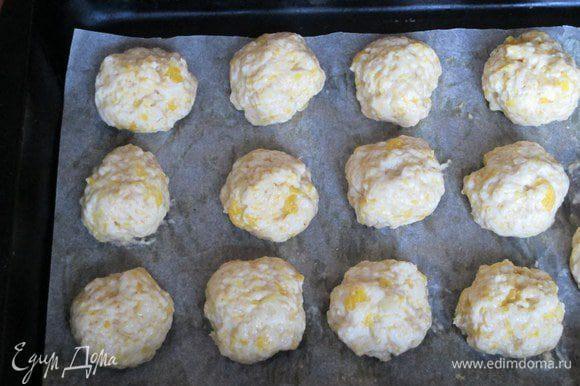 Сформируйте влажными руками шарики размером с грецкий орех, слегка приплюсните их, уложите на противень, металлический смазанный, силиконовый или покрытый пекарской бумагой. Выпекайте при 180 градусах около 15 минут.