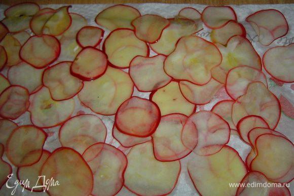 Корзина остывает, а мы приступаем к прекрасному, то есть к розам. Яблоки нарезаем или натираем очень тонкими слайсами. В кастрюлю наливаем 700 мл воды, добавляем 350 г сахара, размешиваем и даем закипеть, затем кладем яблоки и после того, как они закипят извлекаем из кастрюли, выкладываем в дуршлаг, чтобы стек сироп.