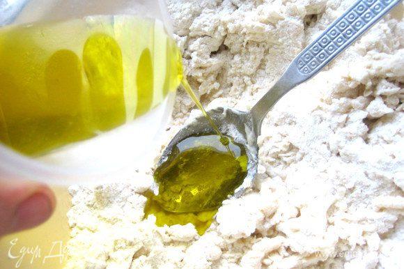 Добавим ложку оливкового масла, а остальные 40 мл ушли на промазывание коржей!
