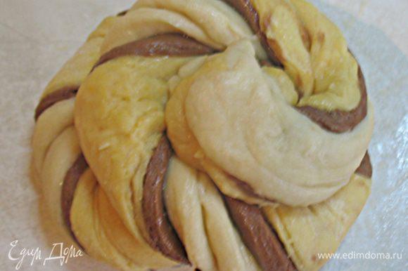 Из скрученных полосок сформировать булочки.