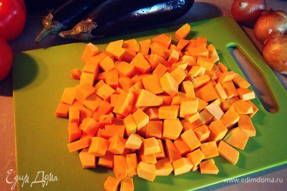 Тыкву нарезаем кубиками...отправляем на сковороду тушиться...