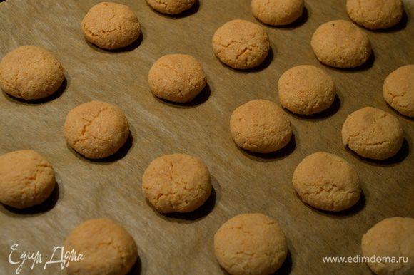 Готовое печенье достать из духовки и дать полностью остыть на решетке. Из указанного количества продуктов у меня получилось 60 шт. печенья.