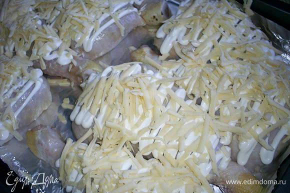 Заключительный штрих - посыпаем наши заготовки натертым сыром и запекаем в разогретой до 200 градусов духовке приблизительно 30 минут. Окорочка должны зарумяниться, а при прокалывании кожицы сок должен быть прозрачным.