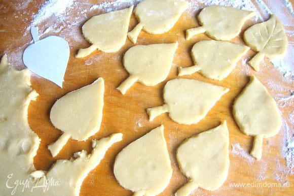 Раскатываем мягкое тесто не очень тонко,накладываем трафарет и вырезаем по краю ножом с острым кончиком.
