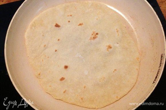 Смешать в миске сыворотку, соль, соду и растительное масло. Постепенно добавляя муку, замесить эластичное тесто. Дать тесту чуть-чуть отдохнуть. Разрезать на кусочки, тонко раскатать и выпекать на сухой горячей сковороде с двух сторон, до румяных подпалин.