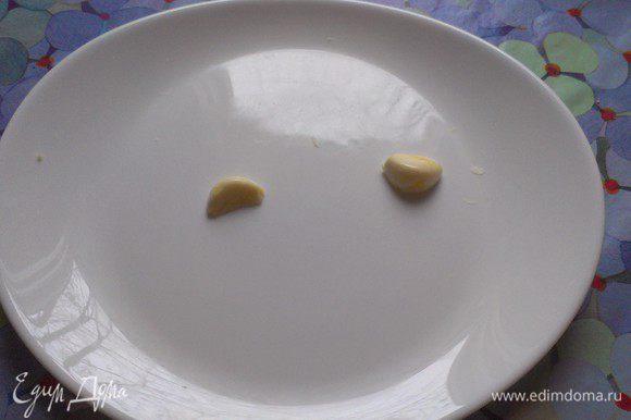Итак, последуем за маэстро Кардини... и за моими комментариями он натер салатную миску чесноком *я почистила и разрезала зубчик чеснока пополам для более яркого вкуса