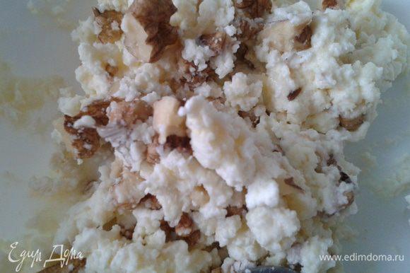 Творог смешить с медом и грецкими орехами, добавить ванилин. Все тщательно перемешать.