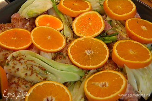 Полить маринадом цыпленка с фенхелем, выложить сверху апельсины и оставить на 15–20 минут.