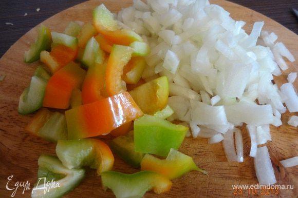 Лук очистить, измельчить, у перцев удалить семена, нарезать полосками 1-2 см.