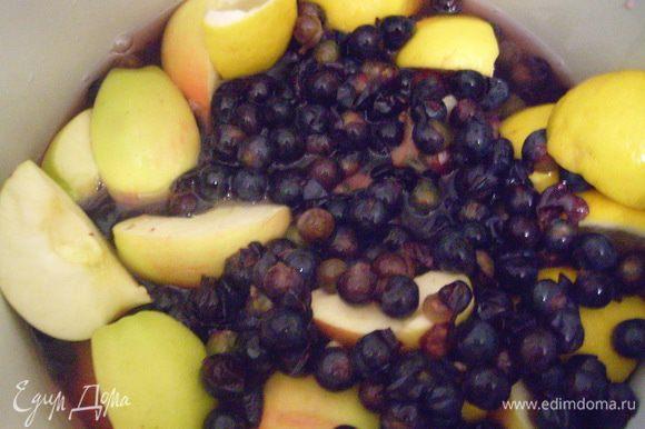 В большой кастрюле соединить виноград, крупно порезанные яблоки, лимон, вино, воду, раздавленные в ступке кардамон и корицу. Смесь варить, накрыв крышкой, на медленном огне в течение 1 часа.
