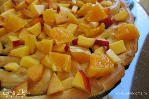 Пустоты (клетки) заполнить кусочками фруктов.