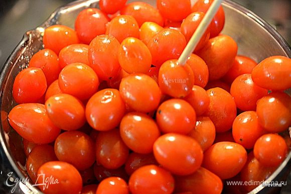 Промоем помидоры под проточной водой. Затем воду слить. Каждый томат проткнуть зубочисткой или шпажкой.