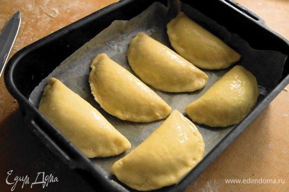 Выложить сочники на противень и смазать взбитым яйцом. Поставить в разогретую до 200 градусов духовку на 20-25 минут.