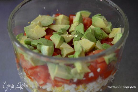 Порезать помидоры кубиками, очистить авокадо от кожуры и ядра, порезать кубиками, выложить слоями.