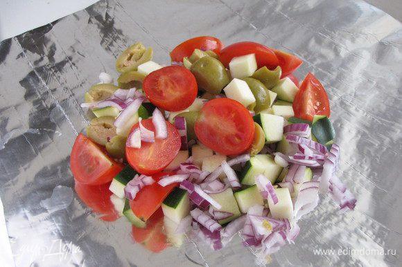 Из двух слоев фольги сложить 3 конверта и равномерно распределить в них все овощи, кроме чеснока.