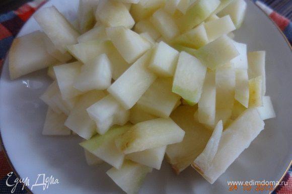 Сельдерей и зубчики чеснока переложить в небольшую кастрюльку, добавить соль (1 ч.л.), залить водой и довести до кипения, вынуть на тарелку, поставить остывать.