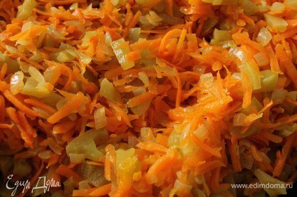 Нагреть сковороду с растительным маслом. На небольшом огне обжарить лук 2-3 минуты, затем добавить нарезанные томаты, помешивая обжаривать 10 минут (до испарения жидкости), добавить натертую морковь и обжаривать еще 10 минут. Остудить.