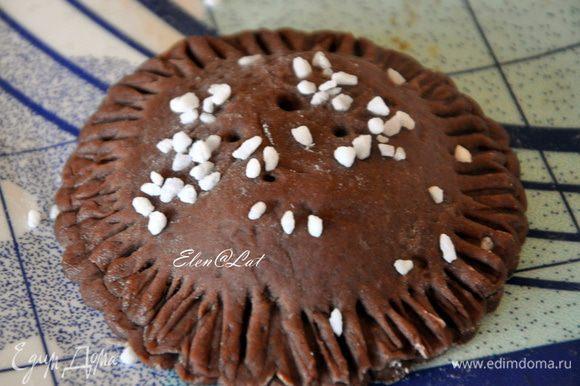 Сверху печенье обильно посыпать сахаром. И сделать сверху шпажкой несколько дырочек. Чтобы лишняя влага выходила.
