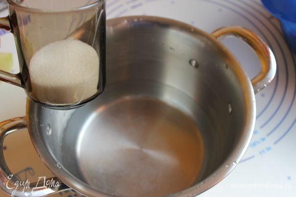 Готовим маринад. Берем 1/2 литра воды , добавляем сахар , соль, масло растительное,лавровый лист . Ставим на огонь. Как только закипит добавим полстакана уксуса.