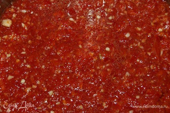 Перец (болгарский и горький) очищаем от плодоножек и семян. Горький можно не очищать от семян, если вы любите погорячее. Чеснок чистим. Все пропускаем через мясорубку. Добавляем сахар, соль, масло. Ставим на огонь, даем закипеть и варим 5 минут
