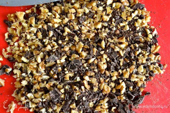 Духовку включить разогреваться на 180 С. Орехи и шоколад порубить на маленькие кусочки.