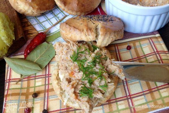 Готовым булочкам дать остыть, затем приготовить бутерброд, чай....и приятного начала дня и чаепития!!!)))