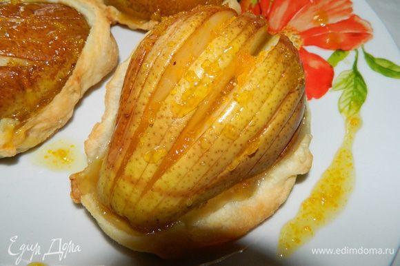 6. Корзинки вынуть из духовки, полить апельсиновым сиропом.