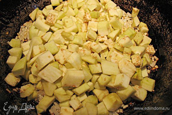 Через 2 часа воду слить и промыть баклажаны. Высушить и обжарить небольшими порциями в небольшом количестве растительного масла.