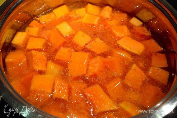 Добавить тыкву, залить водой, варить до готовности. Время зависит от сорта тыквы, в среднем варить около 30 мин...
