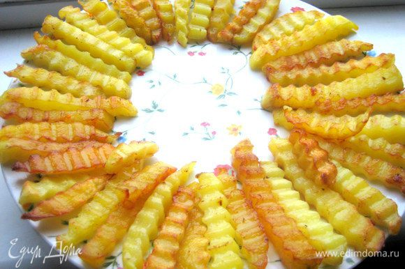 Раскладываем картофель по кругу на блюдо.