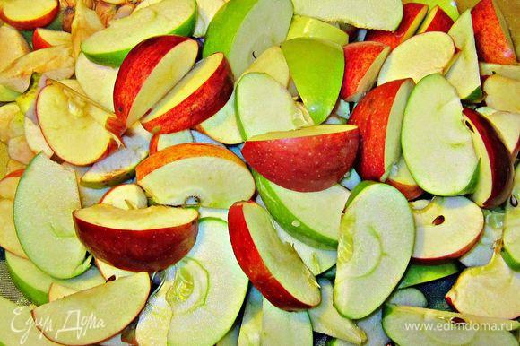 Нарезать яблоки ломтиками (не снимая кожуру и не удаляя косточки).