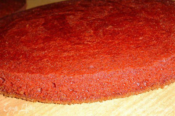 Полученное тесто делим на две равные части, из них мы испечем два бисквита. Тесто выкладываем в форму (лучше всего взять форму 20-22 см в диаметре, тогда бисквит будет выше и, разрезав его, Вы сможете получить 4 или 6 коржей, а у меня форма 26 см, поэтому торт только из двух коржей) и выпекаем 30-35 минут при температуре 175 гр. Готовность проверяем деревянной палочкой. В идеале эти коржи нужно разрезать, но я решила их оставить, как есть.