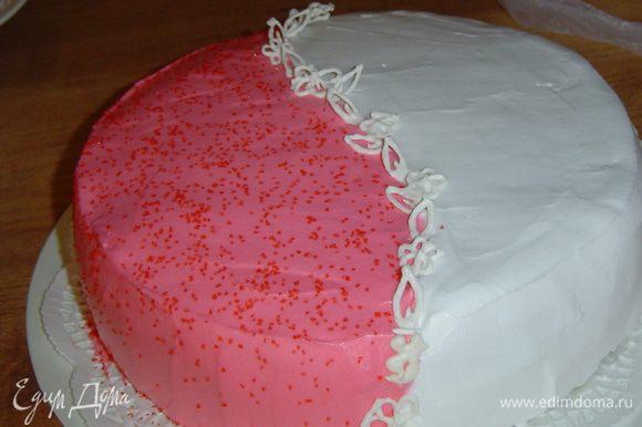 Для украшения торта я использовала взбитые с сахаром жирные сливки, разделила их на две части и в одну добавила немного красного красителя, перемешала и получился очаровательный цвет. Затем нанесла сливки на верхний корж и бока, разделила их фигурками из айсинга, а красную часть посыпала цветным сахаром.