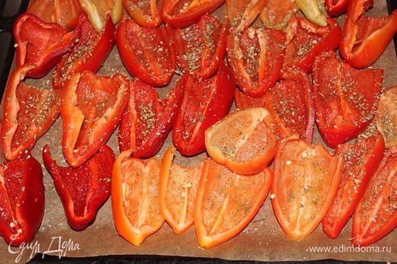 Противень застелить пергаментной бумагой, выложить половинки перцев, посолить, посыпать травами, сбрызнуть маслом и отправить в духовку, разогретую до 120 гр. С на 4 часа.