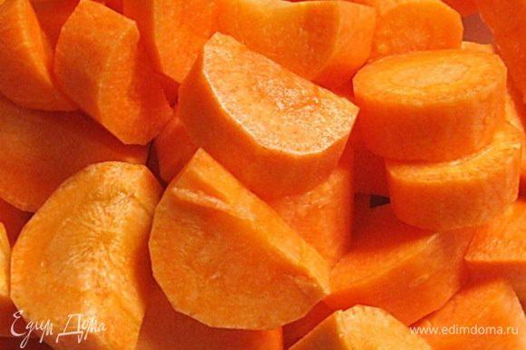Морковь очистить и нарезать небольшими кусочками.