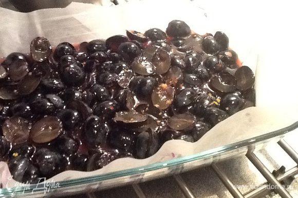 Выкладываем подготовленный виноград в форму для запекания, застеленную бумагой и смазанную растительным маслом, поливаем его винной смесью, запекаем приблизительно 2 часа.