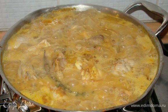 Соединяем с мясом, кидаем 5 горошин душистого перца, веточку тимьяна, готовим около 20-30 минут.