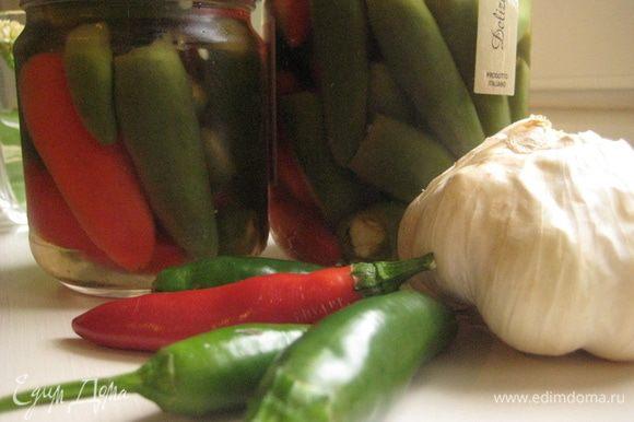 Когда откроете банку, не храните ее в холодильнике, иначе перчики потемнеют. Если не используете все перчики сразу, важно, чтобы они были покрыты уксусом. Уксус можно использовать для заправки салатов.
