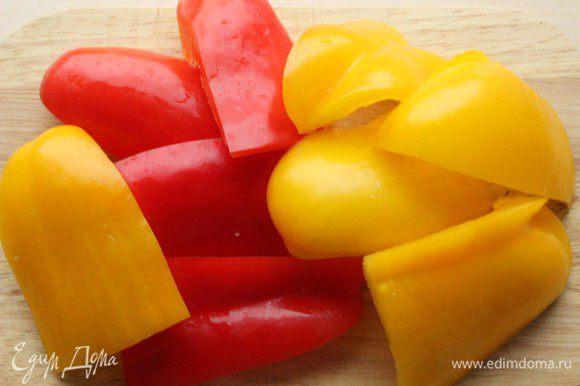 Перцы помыть, разрезать на сегменты, удалить плодоножку и семена.