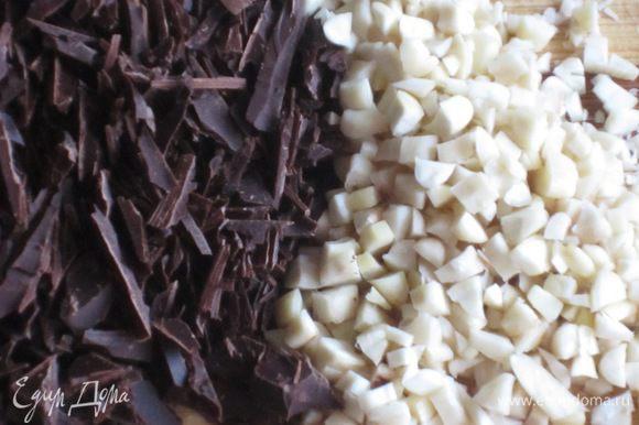 Миндаль и шоколад порубить ножом.