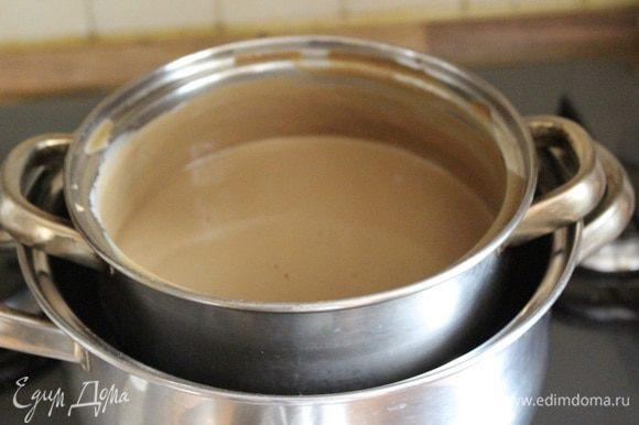 Перелить смесь обратно, в кастрюлю и установить её на водяную баню. Не пренебрегайте этим условием, так как крем легко перегреть и испортить. Помешивая и не давая закипеть, заварить крем. Готовый крем должен быть нагрет до 80*С, немного загустеть и обволакивать ложку, которой этот крем мешали. Снять миску с водяной бани и установить в кастрюлю с холодной водой, чтобы остановить приготовление. Ёмкость с остывшим кремом закрыть крышкой и убрать в холодильник на 3-12 часов. Когда заварной крем охладится, можно добавить ликёр.